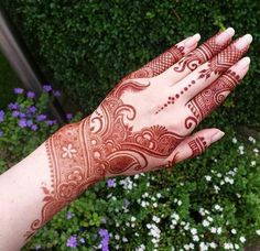 This Henna pictorial is so stylish & glamorous. This traditional Mehndi Design brings beautiful color your hands. Must try this amazing idea! Henna Hand Designs, Mehndi Designs Finger, Mehndi Designs For Girls, Modern Mehndi Designs, Mehndi Designs For Fingers, Wedding Mehndi Designs, Mehndi Design Pictures, Beautiful Mehndi Design, Henna Tattoo Designs