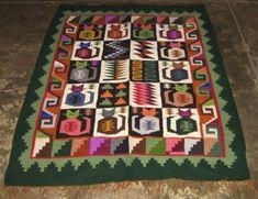 """Handgewebter Teppich aus Peru mit dem Calendarium der Inkas    Farbenfroher Webteppich aus Merinowolle handgewebt. Das aufwendige Muster """"Calendarium"""" sind ueberlieferte Zeichen der Inkas.  Ob als Vorleger oder auch Wandteppich ein wunderschönes mediteranes Design.      Die Groesse des Teppichs ist 150 x110 cm      Reinigen:    Der Teppich kann normal mit Staubsauger gereinigt werden. Bei Flecken verwenden Sie bitte einen Teppichreiniger aus dem Fachhandel."""