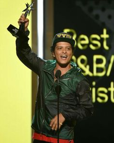 """bruno-news: """"HQ Bruno accepting his award for Best Male R&B/Pop Artist at 2017 BET Awards. Bruno Mars Awards, The Power Of Music, Marie, Husband, Bet Awards, Singers, Stars, Amazing, Hipster Stuff"""