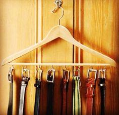 Ideia para guardar cintos no armário. Cabide com ganchinhos!
