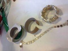 Três fases do bracelete feito a partir de rolo de fita. Oficina de Férias – Moda Sustentável | Sannalber Customização e Afins
