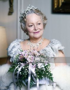 Actress Olivia De Havilland, who plays the Queen Mother, on the set of the television movie 'The Royal Romance of Charles and Diana' in 1982 in New York City. Old Hollywood Stars, Old Hollywood Movies, Golden Age Of Hollywood, Vintage Hollywood, Hollywood Actresses, Classic Hollywood, Actors & Actresses, Hollywood Style, Vintage Glam