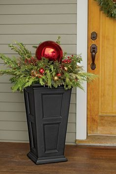 35 outdoor holiday planter ideas to decorate your Christmas porch - Xmas - Christmas Christmas Urns, Indoor Christmas Decorations, Winter Christmas, Christmas Home, Country Christmas, Christmas Front Porches, Outdoor Christmas Planters, Christmas Porch Ideas, Outdoor Planters
