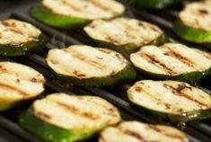 Cuketa na řecký způsob Grilled Zucchini, Healthy Zucchini, Grilled Pizza, Healthy Chicken, Grilled Chicken, Healthy Side Dishes, Vegetarian Recipes, Zucchini Chips, Vegetarian Barbecue