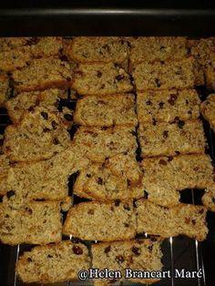 VETVRYE ALL-BRAN BESKUIT 250 g All-bran + 100 g klapper 1 kg bruismeel 400 g suiker 2 t bakpoeier 1 t sout 1 k sonneblomsade/pekanneute 500 ml appelsap t asyn t koeksoda k afgeroomde melk 3 eiers M… Rusk Recipe, Low Carb Recipes, Cooking Recipes, All Bran, South African Recipes, Atkins Diet, Sweet Tarts, Different Recipes, Family Meals