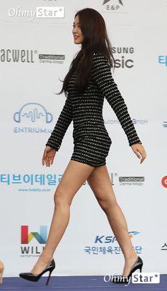 ( *`ω´) ιf you dᎾℕ't lιkє Ꮗhat you sєє❤, plєᎯsє bє kιnd Ꭿℕd just movє ᎯlᎾng. Pretty Korean Girls, Sexy Asian Girls, Beautiful Asian Girls, Oriental Fashion, Asian Fashion, Girl Fashion, Womens Fashion, Kim Seol Hyun, Girls In Mini Skirts