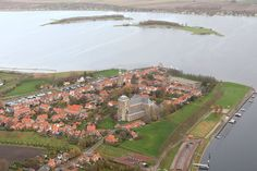 Veere, omgeven door het Veerse Meer, met aan de overkant twee kunstmatig aangelegde eilanden: de Schutteplaat en de Mosselplaat