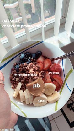 chocolate proats (protein oats) with strawberries, blueberries, bananas, pb, and chocolate granola. Healthy Meal Prep, Healthy Breakfast Recipes, Healthy Snacks, Snack Recipes, Healthy Eating, Healthy Recipes, Oats Recipes, Food Goals, Aesthetic Food