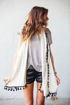 BOHO CHIC, HIPPIE STYLE, FESTIVAL OUTFIT, IBIZA, HOT PANTS, SHORTS, LEATHER, CASUAL T-SHIRT, TASSELS, POM POM, KIMONO, SCARF