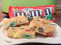 Chewy M&Ms Peanut Butter Cookie Bar - der Titel beschreibt sich ganz gut selbst ;) #M&Ms #PeanutButter #Chewy #CookieBar #Cookie Peanut Butter Cookie Bars, Desserts, Food, Peanut Butter, Dessert Ideas, Bakken, Simple, Tailgate Desserts, Essen