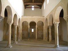 San Miguel de Escalada tiene tres naves con arcos de herradura y columnas y un iconostasio que separa el cuerpo de la iglesia del transepto y la cabecera