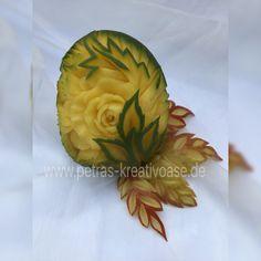 Mango geschnitzt und Apfelblätter