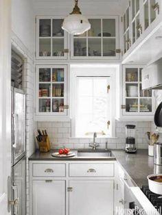 Kleine keuken met veel bovenkastjes met glas!