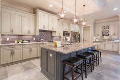 Superbe White Torroncino Granite Kitchen With Subway Tile Backsplash #kitchen # Granite #countertop #subwaytile #backsplash #porcelain #floor