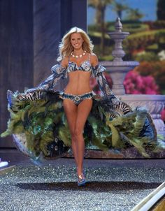 Pin for Later: 150+ Supersexy Moments to Get You Excited For the VS Fashion Show  Karolina Kurkova donned Swarovski-covered peacock feathers on the runway in 2007.
