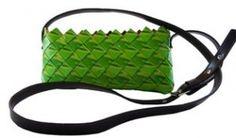 pochette verde con tracolla: una pochette da indossare nelle serate più informali o per un aperitivo con le amiche