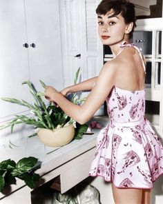 Beautiful Audrey Hepburn, love her outfit here!