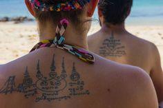 TATUADO PELAS MÃOS DE UM MONGE. Saiba mais sobre a experiência de ser tatuado por um monge através da história da Mariana e do Eduardo, 2 viajantes do mundo do A Toalha.
