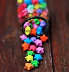Viel Spass beim basteln der Glücksterne! Mit einer persönlichen Botschaft im Stern kannst du gleich eine doppelte Freude machen.