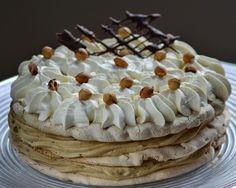 Zelf gebakken hazelnootschuimtaart met botercrème.