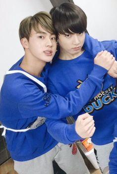 """TXT BTS how the oldest & how the oldest & youngest treat youngest treat each other each other"" Vlive Bts, Jungkook And Jin, Kookie Bts, Bts Bangtan Boy, Foto Bts, Bts Photo, Namjin, K Pop, Ken Vixx"