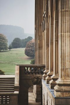 ▫️Rosamaria G Frangini▫️Chatsworth House, Derbyshire, home to the Duke and Duchess of Devonshire, and has been passed down through 16 generations of the Cavendish family. Jane Austen, English Manor, English Countryside, Architecture Design, Chatsworth House, Château Fort, Empire, Derbyshire, Town And Country