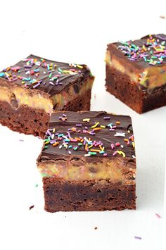 This is what you get when a fudgy chocolate brownie collides with chocolate chip funfetti cookie dough. A chewy, gooey chocolate treat that is sure to satisfy all your chocolate cravings! Crunch Chocolate Bar, Chocolate Peanut Butter Brownies, Chocolate Treats, Chocolate Cupcakes, Melting Chocolate, Chocolate Topping, Brownie Toppings, Brownie Bar, Brownie Recipes