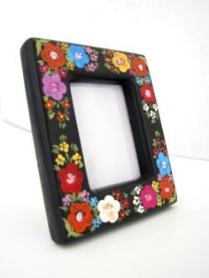 A traditional treasure from the Magical Town of Chiapa de Corzo. Styled in their traditional laca style painting, This finely handpainted Mexican picture frame will hold all of your amazing memories f