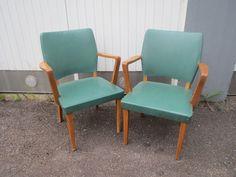 Hyväkuntoiset, arviolta 50-luvulta olevat tuolit, ehjä keinonahkaverhoilu, verhoilussa on kuviointia, joka ei nyt näy kuvassa. Puuosat ovat tammea, niissä näkyvät käytön jälki. Tukevat ja hyvä istua.  120 euroa/kpl.