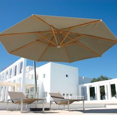 Shady X-Centric cantilever parasol, designed by Kris Van Puyvelde for Royal Botania. Cantilever parasol available in a wide range of colours and different canopy colours and sizes. Mast in high quality brushed or EP stainless steel.