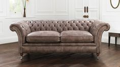 Beautiful Chesterfield Sofa Design Ideas — Step Into The Dark Best Leather Sofa, Black Leather Sofas, Studded Leather, Leather Furniture, Sofa Furniture, Furniture Design, Sofa Design, Chesterfield Style Sofa, Sofa Sofa