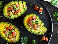 Grillen, füllen, Löffel rein - gegrillte Avocado mit Tomatensalsa