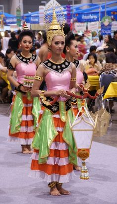 #Thai Dressing Etiquette with #AsianInspirations. Simple #etiquette tips to honour the Thai culture and traditions when you are at a formal function.