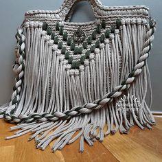 Bu il de debde olacaq sacaqli canta.orta olcu.ela reng ikilisi .bu uzun sacli gozellik sahibesine qovusmaq isteyir😄😄😄😄 #crochetbags #crochetbag