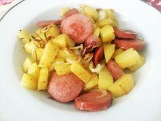 Salsicha com batata. | 14 receitas de uma panela só que vão facilitar demais para o seu lado