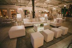 Casamento moderno: lounge da festa com móveis brancos