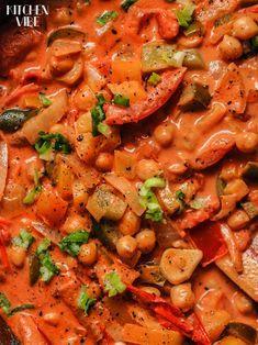Dziś zapraszam na kolorowe, chrupiące warzywa zatopione w aromatycznym sosie z mlekiem kokosowym i garam masala. To potrawka, którą uwielbiam i przyrządzam bardzo często w różnych kombinacjach. Naj… Veg Recipes, Indian Food Recipes, Vegetarian Recipes, Healthy Recipes, Easy Food To Make, Quick Easy Meals, I Love Food, Good Food, Healthy Snacks