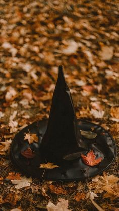 How to Build Halloween Silhouettes For a Spooky Yard - - Scare your neighbors with these easy to make Halloween silhouettes. Retro Halloween, Photo Halloween, Halloween Fotos, Halloween Tattoo, Halloween Costumes, Spooky Halloween Pictures, Vintage Halloween Photos, Trendy Halloween, Halloween Fashion