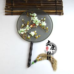 Lưu = follow me Hanfu, Japanese Embroidery, Hand Embroidery, Chinese Fans, Hand Fans, Chinese Culture, Chinese Painting, Bjd Dolls, Asian Art