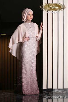 Khalisa Dress Gamis Pesta Mewah yang didesain khusus untuk Anda yang ingin tampil elegan nan syari dalam kemewahan brocade gradasi glitter ditampilkan utuh dalam gaun bersiluet A-line mermaid. Variasi selendang membingkai di kedua sisi.