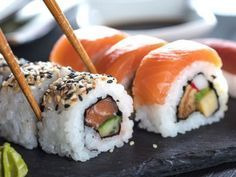 Sushi selber machen: So klappt's! Make sushi yourself: It's easier than expected! California Rolls, California Roll Sushi, Dessert Sushi, Sushi Recipes, Asian Recipes, Ethnic Recipes, Candy Sushi Rolls, Sweet Sushi, How To Make Sushi
