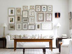 Vários quadros na mesma parede