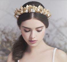 couronne mariage en or ornée de fleurs jaunes et de fleurs blanches
