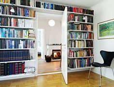 des étagères pour livres le long du mur