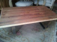 Mesa ratona con tapa de madera y patas de hierro.