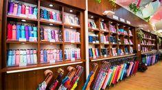 1階 コンセプトはライブラリー(図書館)  商品のディスプレイにも使用できる木製ボックスを組み合わせ、図書館のように整理しながら展示できるようデザインしました。さらに、傘の軽さを目で確認できるスケールや、濡れると模様が浮き出る傘のためのスプレーなど、機能を体感するコーナーもあります。
