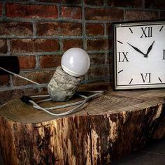 """Piccola lampada da """"scrivania"""" realizzata con un corpo centrale in cemento idraulico (materiale facilmente verniciabile e modellabile), con l'aggiunta di una lampadina sferica E27 e di un cavo elettrico rivestito di tessuto grigio, rendono quest'opera un vero e prorpio oggetto di arredo."""