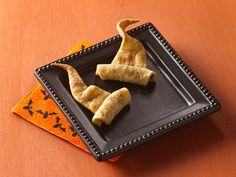 Pie Crust Wizard Hats - what a fun, super easy to make Halloween idea. #food #Halloween #pastry