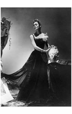Lud with sculpture in fashion shoot, Photograph by Horst P. Lud is wearing an evening dress by Jean Patou, with jewelry by Mauboussin. 1930s Fashion, Vintage Fashion, Horst P Horst, Big Drama, Fashion 2018 Trends, Modern Muse, Figure Photography, White Photography, Photographs Of People