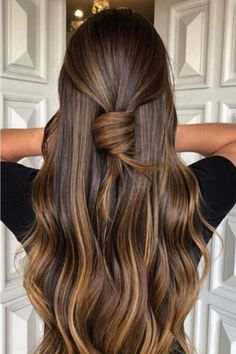 Las melenas oscuras son de los tonos de cabello más hipnotizantes y bonitos que existen. El Caramel Swirl iluminará tu rostro y le otorgará increíbles destellos de calidez a toda tu apariencia. Balyage Long Hair, Brown Hair Balayage, Brown Blonde Hair, Brown Hair With Highlights, Hair Color Balayage, Long Brunette Hair, Caramel Hair Highlights, Bayalage, Brown Hair Shades